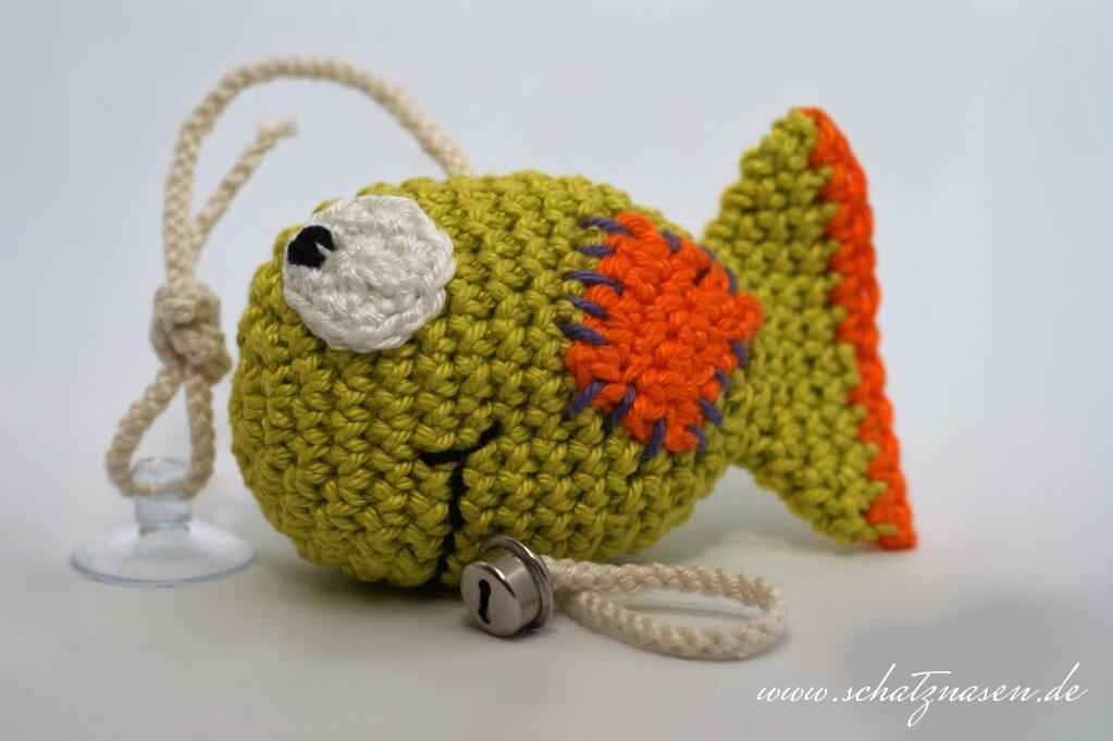 Ein Gehäkelter Fisch Mit Glöckchen Und Sauger Als Katzenspielzeug